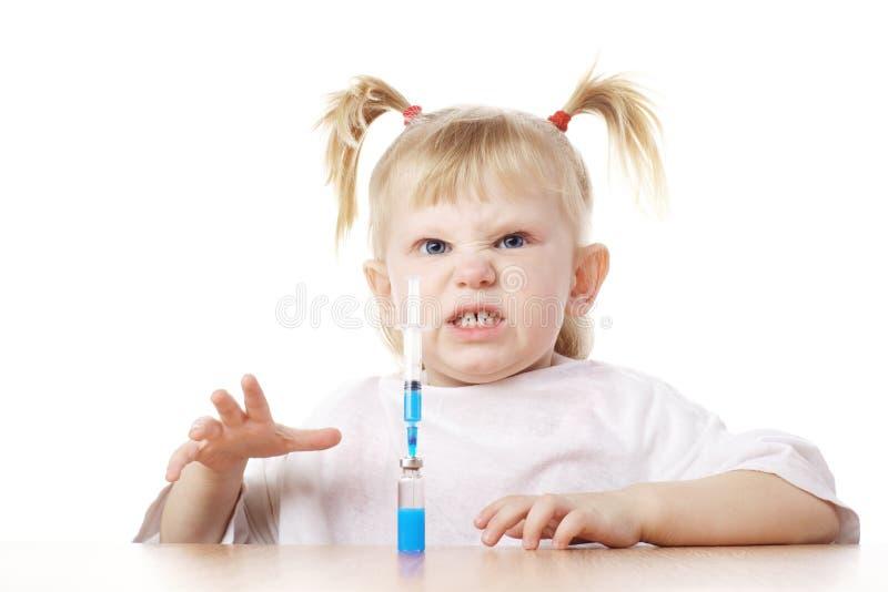Kind, das als Doktor spielt lizenzfreie stockbilder