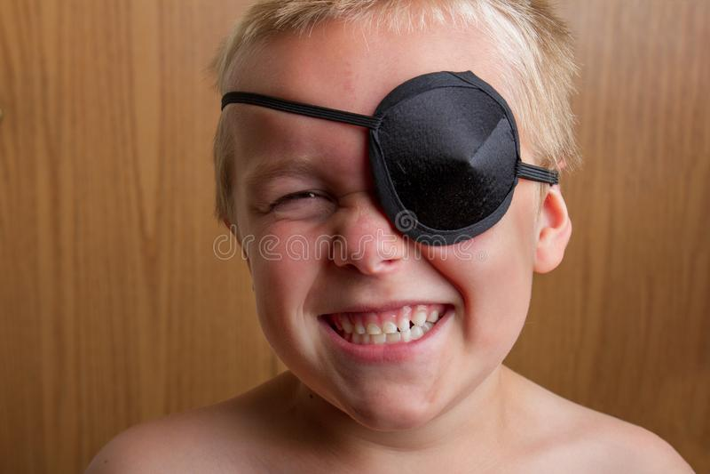 Kind, das als Pirat lächelt lizenzfreie stockfotos