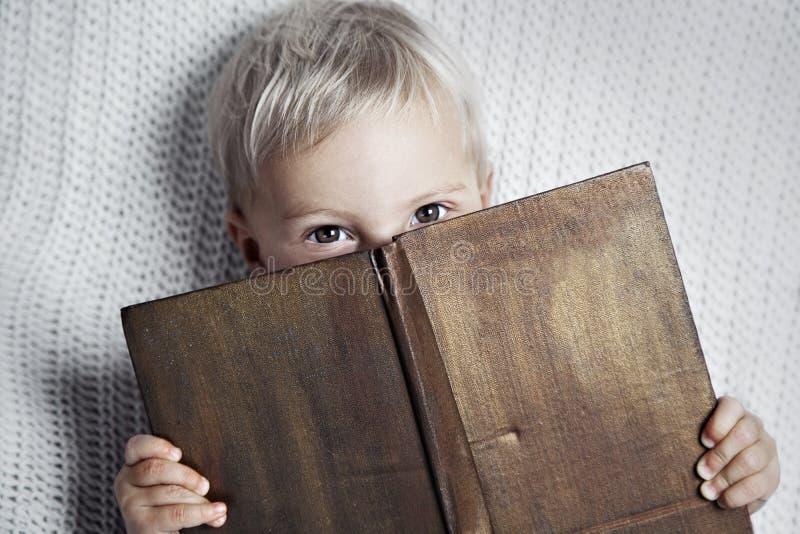 Kind, das altes Buch liest lizenzfreie stockfotos