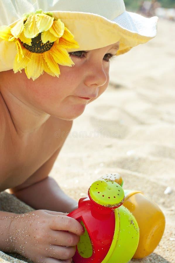 Kind, das auf dem Strand spielt stockfotos