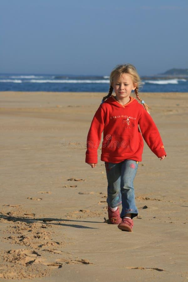 Kind, das auf den Strand geht stockbilder