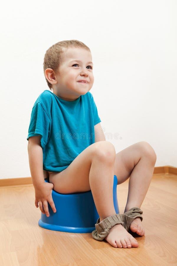 Kind, das auf der Toilette potty sitzt lizenzfreie stockfotografie