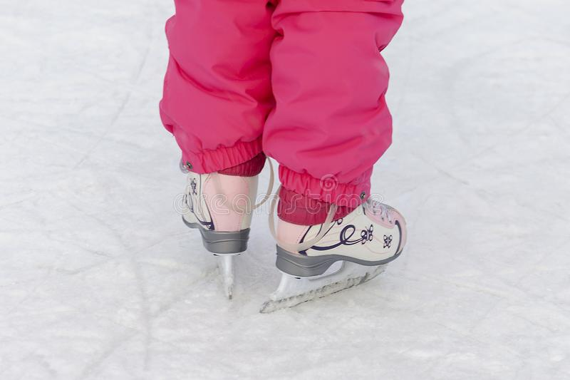 Kind, das auf die Eisbahn eisläuft stockbilder