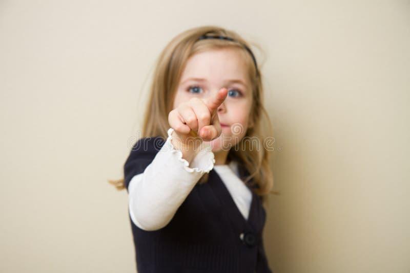 Kind, das auf die Kamera zeigt lizenzfreies stockfoto