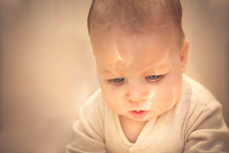 Kind, das auf ein Wunder wartet lizenzfreie stockfotos