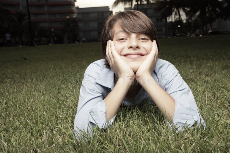 Kind, das auf einem Gebiet lächelt stockfotografie
