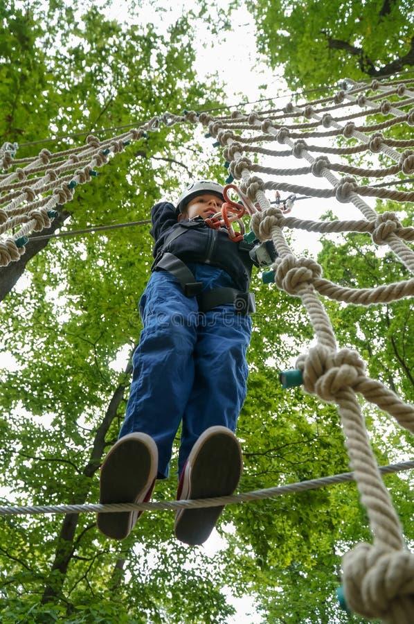 Kind, das auf einen Draht im Erlebnispark geht stockfotografie