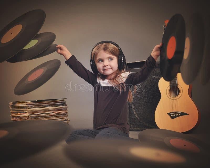 Kind, das auf Musik-Weinlese-Aufzeichnungen hört lizenzfreies stockbild