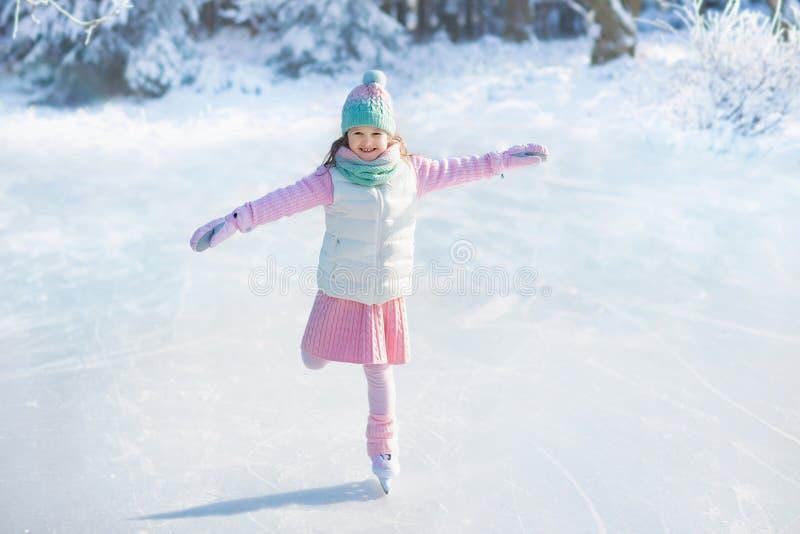 Kind, das auf natürliches Eis eisläuft Kinder mit Rochen stockbilder