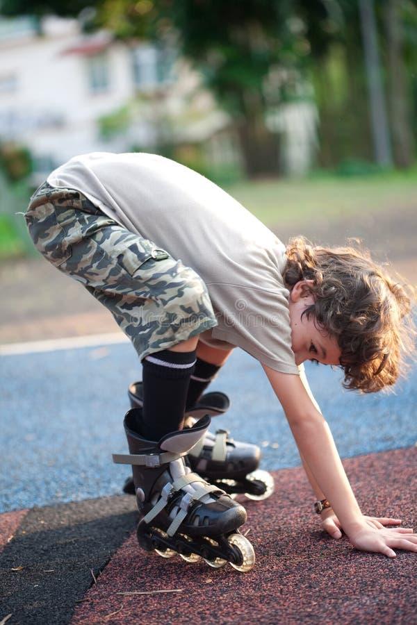 Kind, das beim Lernen zum rollerbl sich balanciert lizenzfreie stockfotos