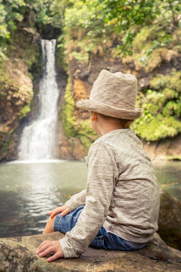 Kind, das Chamouze-Wasserfall schaut mauritius stockfotografie