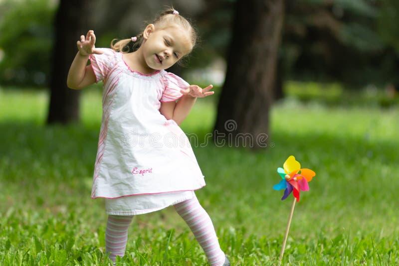 Kind, das den Affen im Sommerpark spielt stockfoto