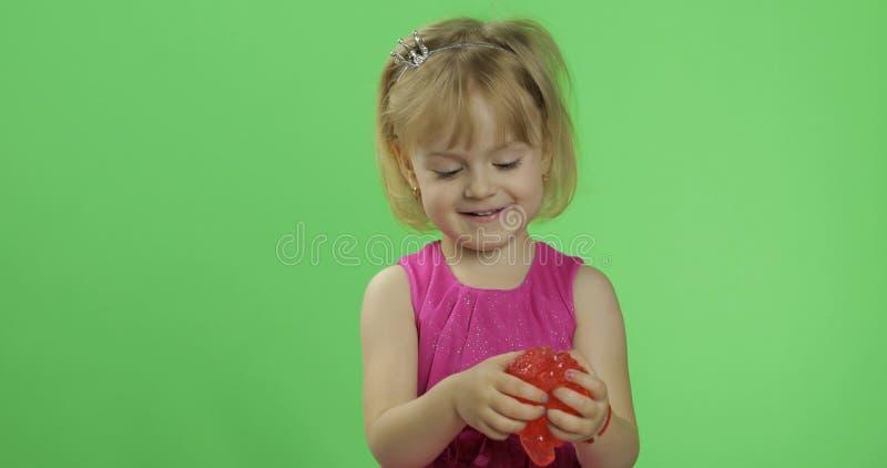 Kind, das den Spaß macht roten Schlamm hat Kind, das mit handgemachtem Spielzeugschlamm spielt stockfotos