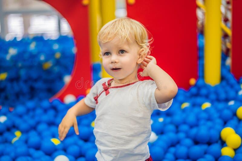 Kind, das in der Ballgrube spielt Bunte Spielwaren f?r Kinder Kindergarten oder Vorschule- Spielraum Kleinkindkind an der Tagesbe stockfoto