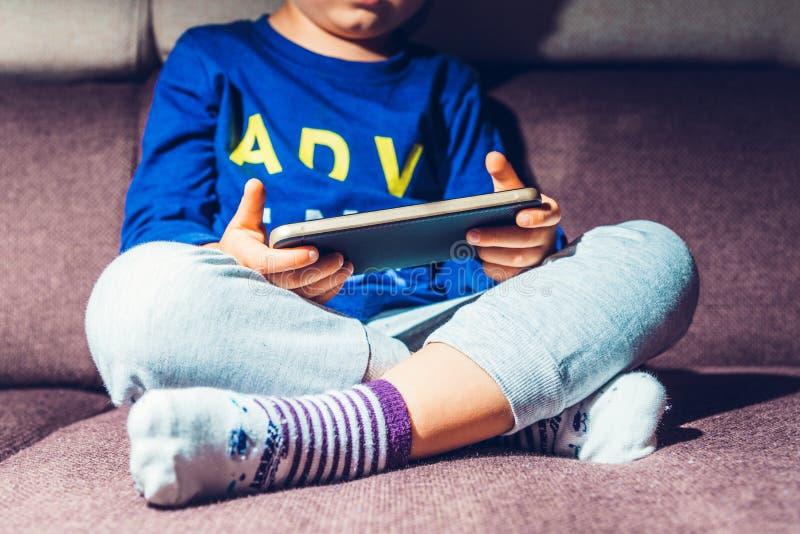Kind, das in der Hand Telefon hält lizenzfreie stockfotos