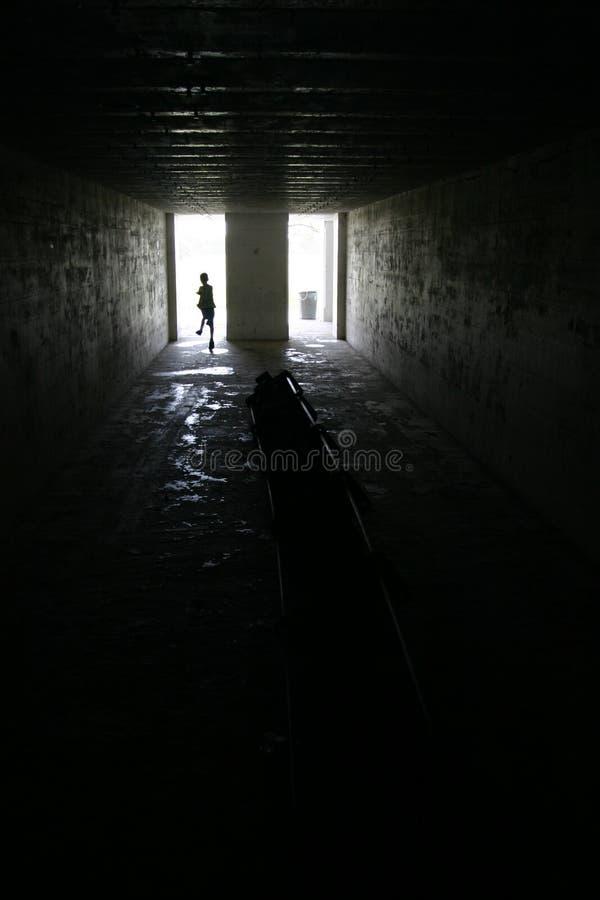 Kind, Das In Dunklen Raum Im Fort Desoto, Florida Läuft Stockbild