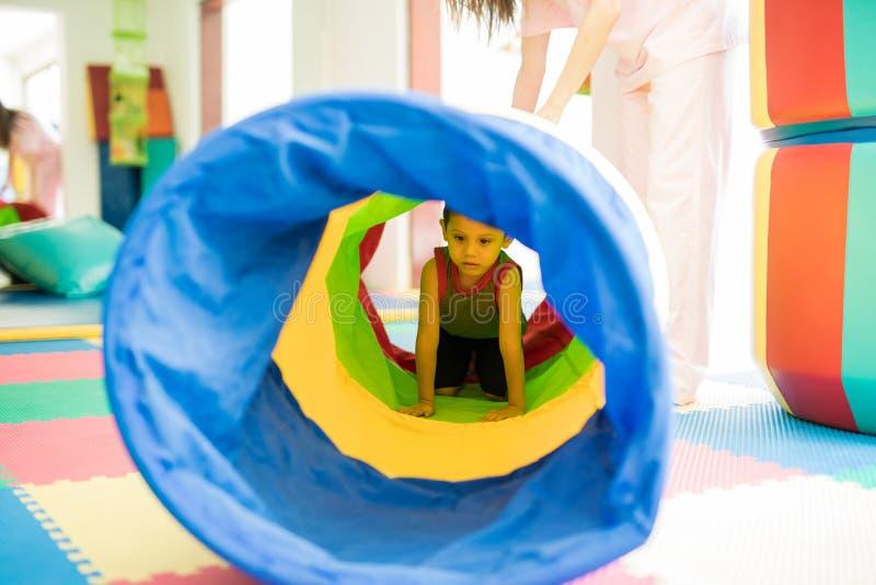 Kind, das durch einen Tunnel kriecht stockfoto