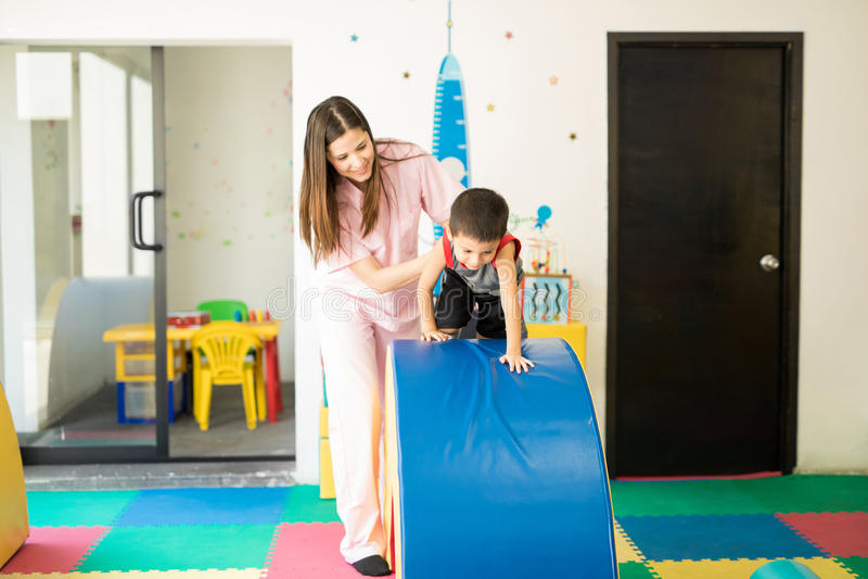 Kind, das durchmachen und Hindernislauf stockbild