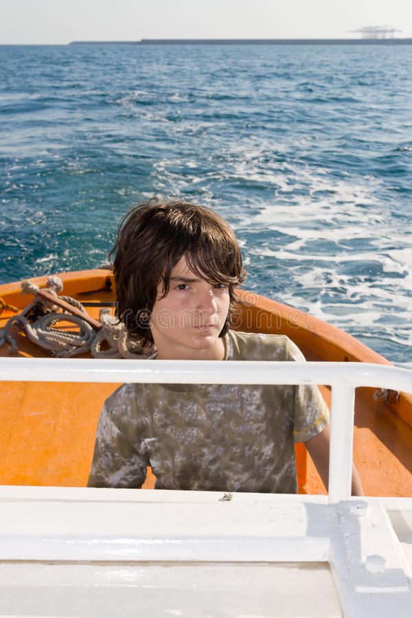 Kind, das ein Boot antreibt lizenzfreie stockfotos