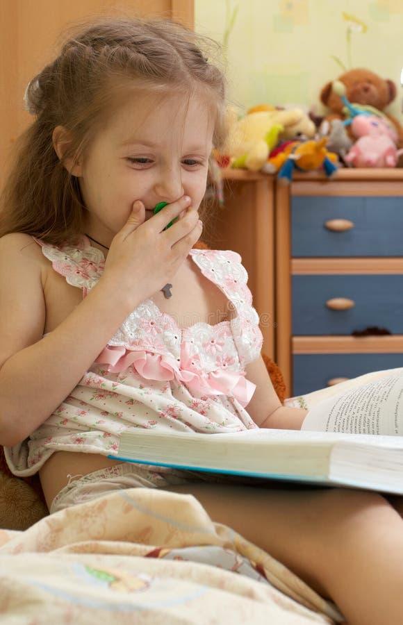 Kind, das ein Buch liest lizenzfreie stockbilder