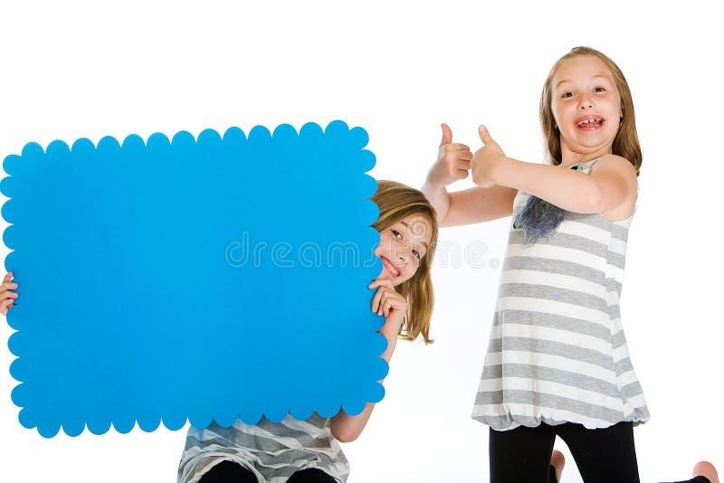Kind, das ein unbelegtes grünes Pfeilzeichen anhält. lizenzfreies stockfoto