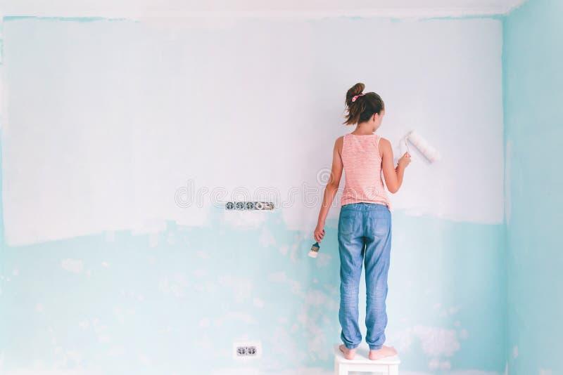 Kind, das eine Wand im Raum malt stockfoto