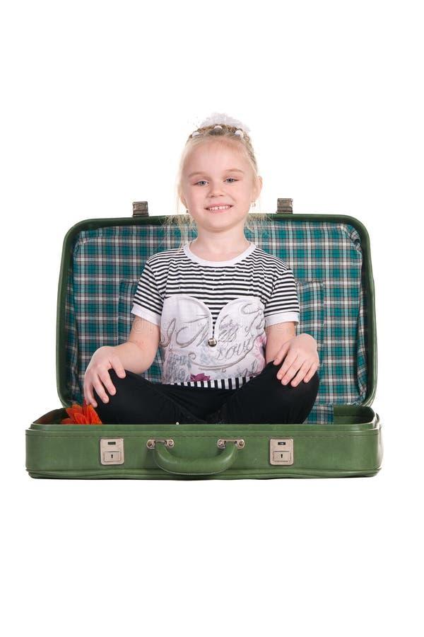 Download Kind, Das In Einem Alten Grünen Koffer Sitzt Stockfoto - Bild von sitting, fall: 26367256