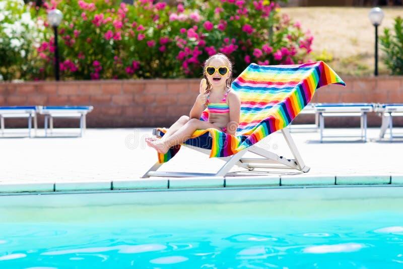 Kind, das Eiscreme am Swimmingpool isst lizenzfreie stockfotografie