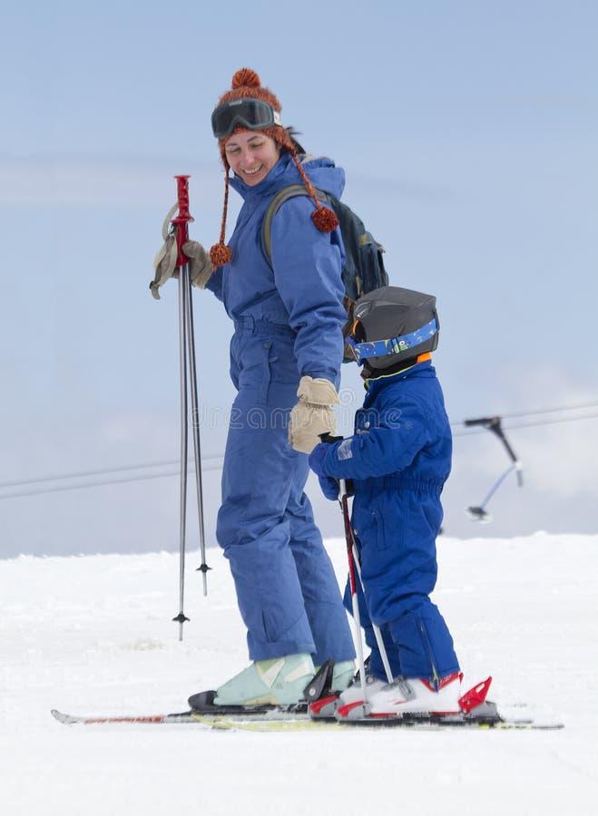 Kind, das erlernt Ski zu fahren lizenzfreie stockfotografie