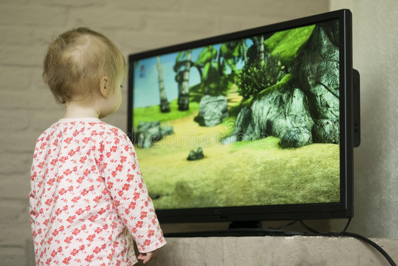 Kind, das Fernsieht stockbild