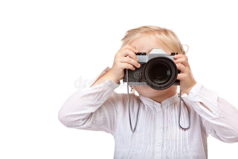 Kind, das Fotografen mit alter Kamera spielt lizenzfreie stockfotos