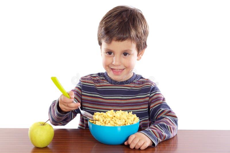 Kind, das Frühstück isst stockfotografie