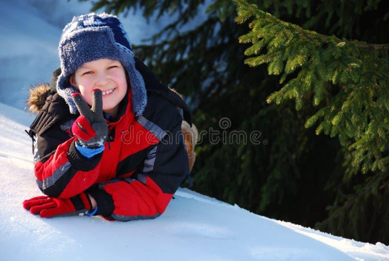 Kind, das Friedenszeichen bildet stockfotografie