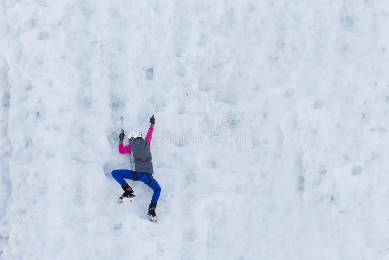 Kind, das gefrorenen Wasserfall klettert lizenzfreie stockfotografie