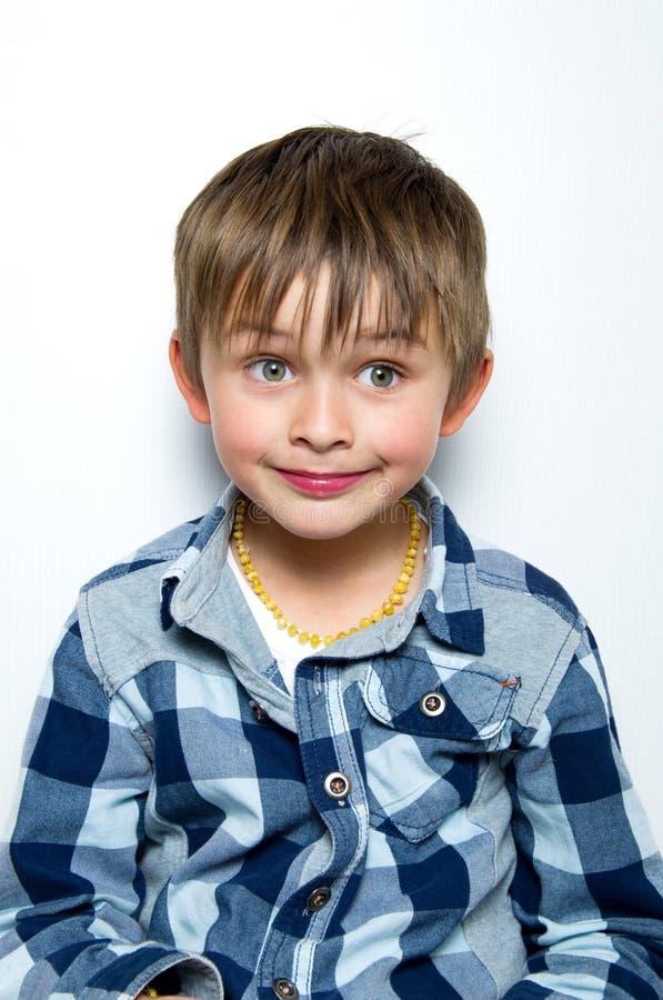Kind, das Gesichter macht stockbilder