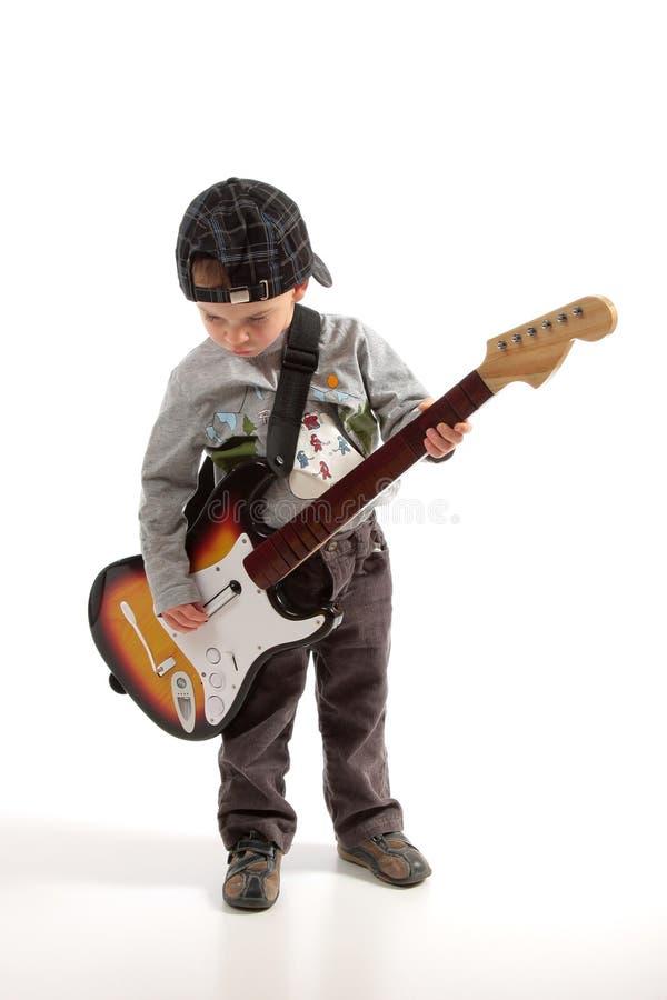 Kind, das Gitarre spielt lizenzfreie stockbilder