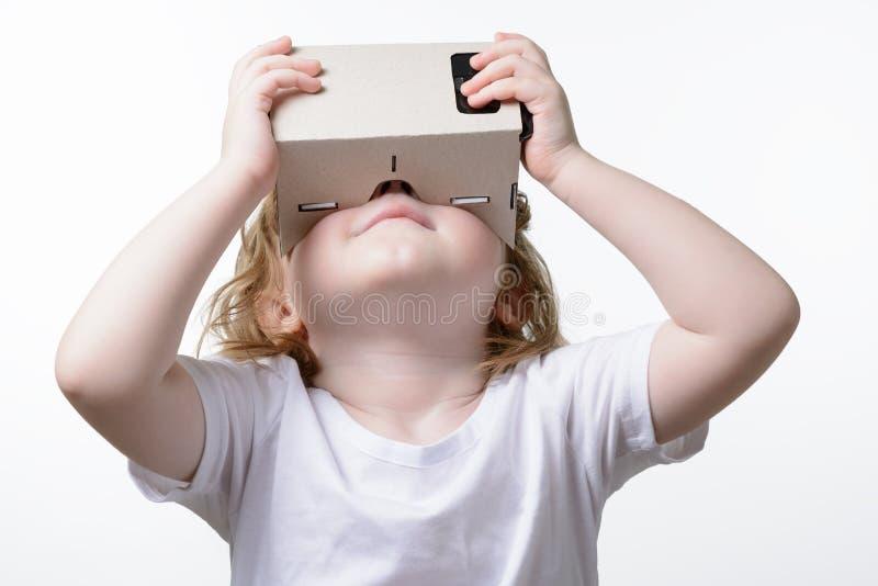 Kind, das Gläser einer virtuellen Realität spielt lizenzfreie stockbilder
