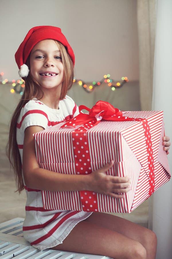 Kind, das großes Geschenk hält lizenzfreies stockfoto
