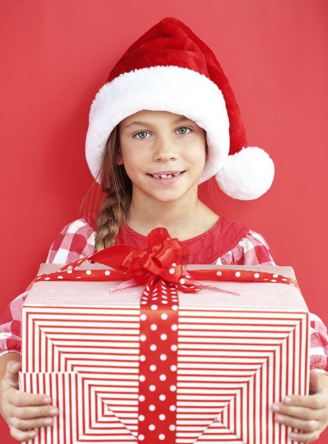 Kind, das großes Geschenk hält stockfoto