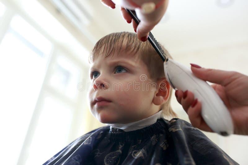 Kind, das Haarschnitt hat lizenzfreies stockbild