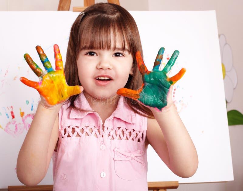 Kind, das handprints mit Lack bildet. stockbilder