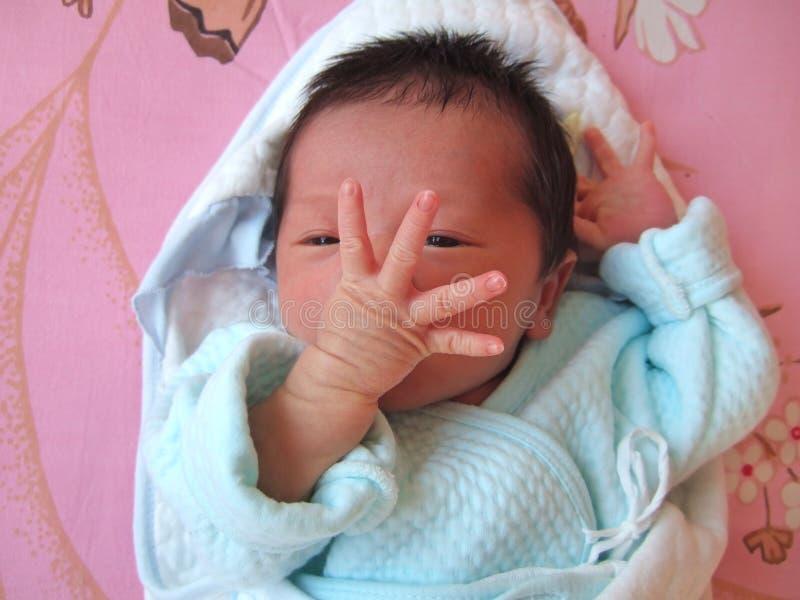 Kind, das ihre Finger zeigt stockfoto