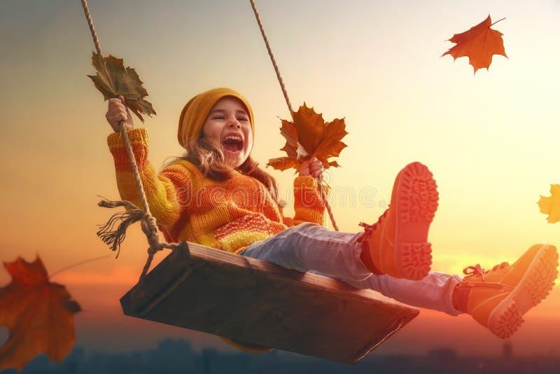 Kind, das im Herbst spielt lizenzfreies stockfoto