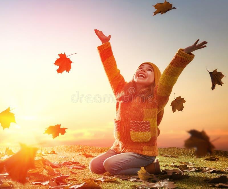 Kind, das im Herbst spielt lizenzfreie stockbilder