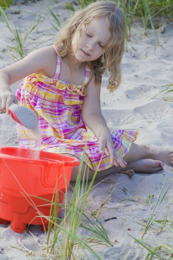 Kind, das im Sand spielt stockfoto