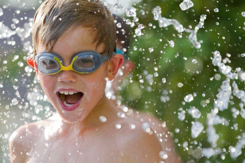 Kind, das im Wasser spielt lizenzfreies stockfoto