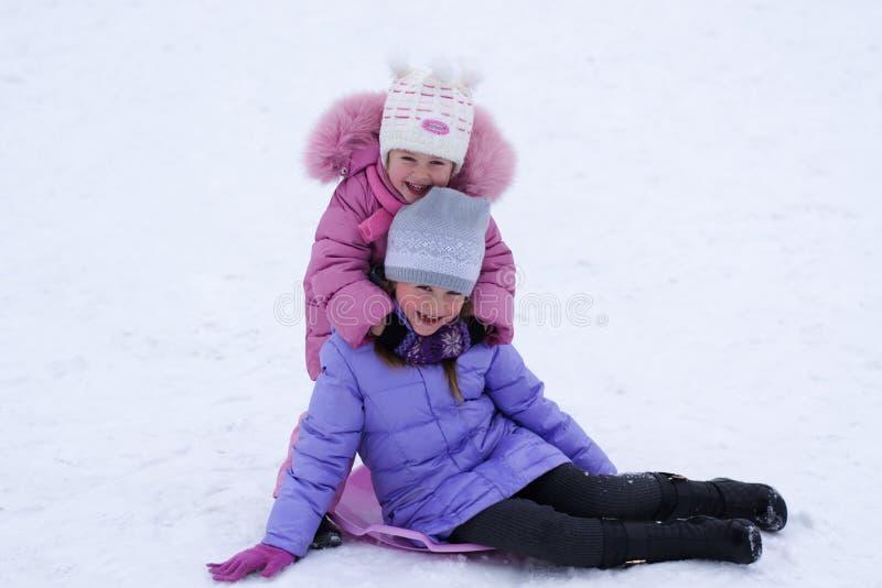 Kind, das im Winter spielt stockfotos