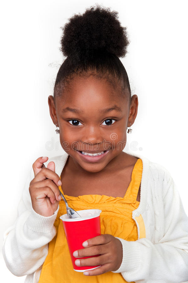 Kind, das Joghurt isst stockbild