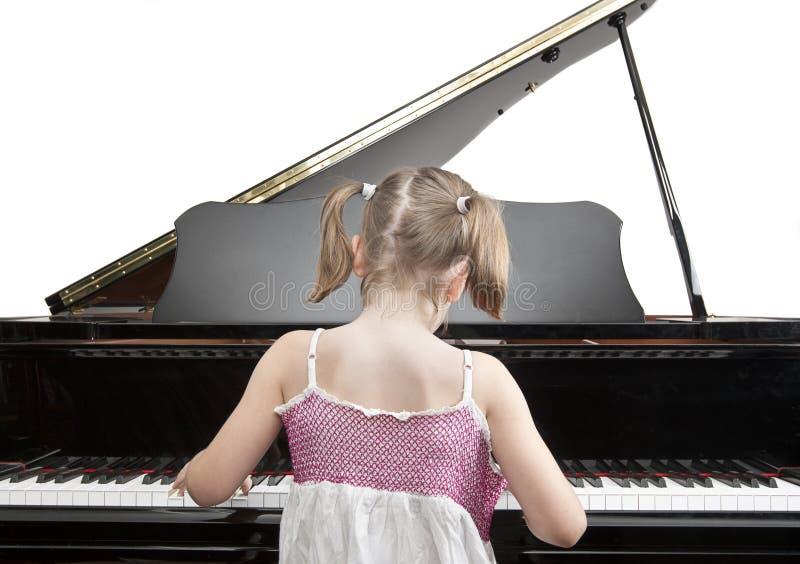 Kind, das Klavier spielt lizenzfreie stockfotos