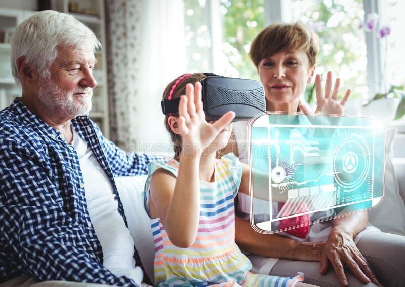 Kind, das Kopfhörer VR-virtueller Realität mit Schnittstelle mit Großeltern trägt stockfotografie